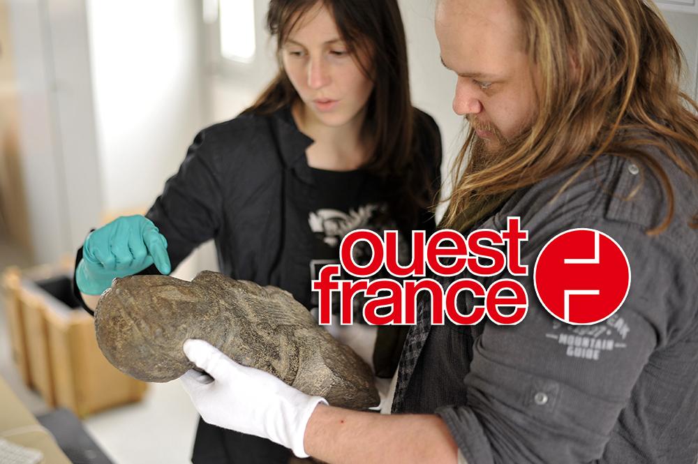 Audrey Lecorgne et Julian Cuvilliez travaillent sur cette stèle gauloise.
